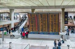 Ankomster och avvikelser stiger ombord på Charles de Gaulle Airport - Paris, Frankrike arkivbilder