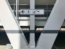 Ankomster och tecken för avvikelseflygplatsriktning royaltyfria foton