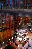 Ankomster Pekingväntande område för huvudför internationell flygplats arkivbilder