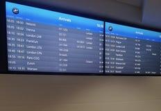 Ankomster visar br?det p? flygplatsterminalen som visar internationella destinationsflyg till n?gra av v?rldens popul?raste st?de royaltyfria bilder