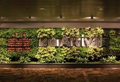 Ankomsttecken på den Changi flygplatsen Singapore royaltyfri foto