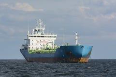 Ankrad tankfartyg för olje- produkter Royaltyfri Fotografi