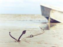 Ankrat på kusten med fartyget arkivfoton