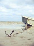 Ankrat på kusten med fartyget royaltyfri bild
