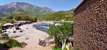 Ankring och strand som ses från den Girolata lilla byn Arkivfoto