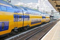 Ankunft des Zugs an der Station Stockbild