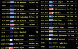 Ankunfts- und Abfahrtzeitplan an internationalem Flughafen Kempegowda in Bangalore stockfoto
