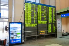 Ankunftsbrett an Bahn-Finnland-Station Stockfotos