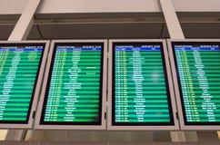 Ankunftstafel in Warschau-Flughafen Stockfotos
