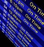 Ankunftszeiten an einem Fluglinien-Zählwerk Stockbilder