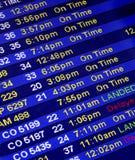 Ankunftszeiten an einem Fluglinien-Zählwerk Stockfotos