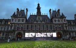 Anlässlich des Jahrhunderts des Waffenstillstands des ersten Weltkriegs, stellt Paris-Rathaus 94.415 blau ein, weiß und lizenzfreie stockfotografie