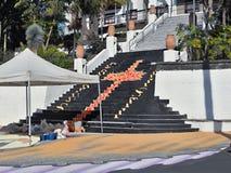 Anl?sslich des Korpus Christi Day in Teneriffa, wird eine enorme Malerei, die vom bunten Lavasand gemacht wird, in Teneriffa im J stockfotografie