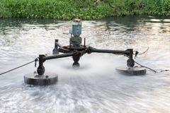 Anlage der Abwasserbehandlung, die an schmutzigem Kanal arbeitet Stockbild