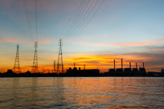 Anlage des elektrischen Stroms bei Sonnenaufgang Stockfotografie