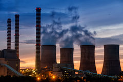 Anlage des elektrischen Stroms an der Dämmerung mit orange Himmel in Kozani Griechenland Lizenzfreies Stockfoto