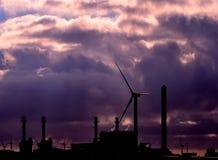 Anlage des elektrischen Stroms hintergrundbeleuchtet an der Dämmerung Lizenzfreie Stockfotos