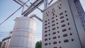 Anlage des Weins Steuerung von Kühl-kammern Anlage für die Produktion des Weins, große Behälter im Freien für Wein stock video footage