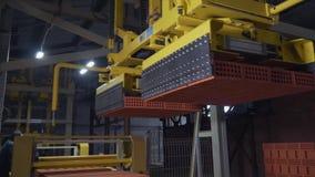 Anlage für die Produktion von Ziegelsteinen Anlage für ProduktionsBaumaterial mit bereitem Ziegelstein, Bau industriell stock video footage