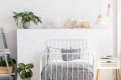 Anlage und Dreiecke auf Kopfende Jugendlicher ` s im Schlafzimmerinnenraum lizenzfreies stockbild