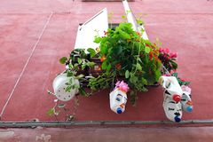 Anlagen, die in den Blumentöpfen hergestellt von aufbereiteten Plastikflaschen wachsen lizenzfreie stockfotografie