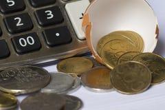 Anlagengeschäft-Berechnungsgeschäfts-Finanzplanungs-Firmenneugründung veranschaulicht mit Eierschale, Taschenrechner und Münzen Lizenzfreie Stockfotos