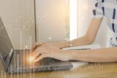Anlageverwalter, der neues privates Bankprojektbüro bearbeitet Benutzen Sie Laptop mit Grafik Lizenzfreie Stockfotografie