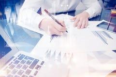 Anlageverwalterarbeitsprozeß Konzeptfotohändlerarbeits-Marktberichtdokumente Unter Verwendung der Elektronikgeräte graphik Lizenzfreie Stockfotos