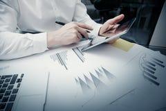 Anlageverwalterarbeitsprozeß Moderne Tablette des Fotohändlerarbeits-Marktberichts Rührendes elektronisches Gerät graphik Lizenzfreie Stockfotos