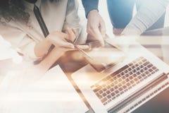 Anlageverwalterarbeitsprozess Fotomann, der Berichten modernen Tablettenschirm zeigt Statistikgraphikschirm privat Lizenzfreie Stockfotos
