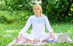 Anledningar bör du meditera varje dag Fyndminut som ska kopplas av Göra klar din mening Flickan mediterar på äng för filtgräsplan royaltyfria bilder