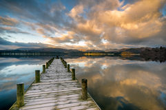 Anlegestelle über Windermere See mit erstaunlichen Wolken Stockbilder