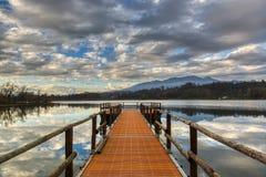 Anlegestelle auf dem See von Varese lizenzfreie stockfotos