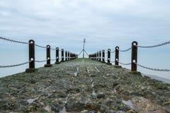 Anlegestelle auf der Küstenlinie, in gehoben, Sussex, Großbritannien Fotografiert an einem kalten Tag des Winters stockfotografie