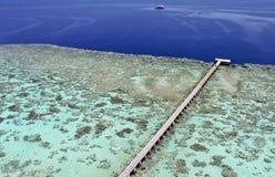 Anlegestelle auf einem Korallenriff Stockbild