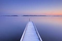 Anlegestelle auf einem ruhigen See im Winter in den Niederlanden Lizenzfreies Stockfoto