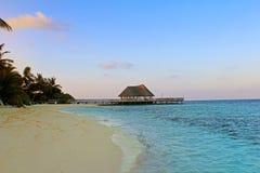 Anlegestelle auf einem tropischen Strand Lizenzfreie Stockfotografie