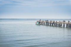 Anlegestelle ausgestreckt zum Meer Lizenzfreies Stockfoto