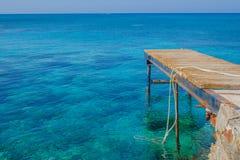 Anlegestelle im Meer Stockbild
