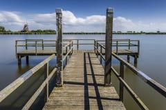 Anlegestelle am Kanal und an der Windmühle Lizenzfreies Stockbild