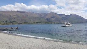 Anlegestelle und Boot am See Wanaka, Neuseeland Lizenzfreie Stockfotos