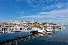 Anlegestelle und Boote und Yachten auf ruhigem blauem Meer mit Wolke Lizenzfreie Stockfotografie