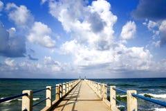 Anlegestelle und schönes Meer Stockfoto