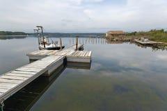 Anlegestellen von Fischerbooten von Urbino Laguna in Korsika-Insel Stockbilder