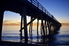 Anlegestellenschattenbild bei Sonnenuntergang Lizenzfreie Stockfotografie