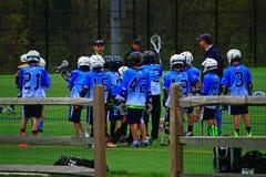 Anleitung von Jungen Lacrosse stockbild