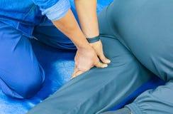 Anleitungsmassagefinger der Studentenbildung die Presse auf thailändischer Medizin der traditionellen Massage des Beines stockfotografie