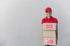 Anlieferungseilbote mit Paket. kopieren Sie Platz Lizenzfreie Stockbilder