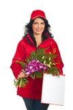 Anlieferungsfrau mit Blumen Lizenzfreie Stockbilder