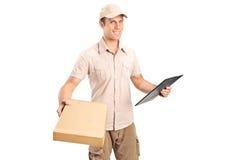 Anlieferungsjunge, der ein Paket liefert Stockfotografie